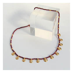 Goldkappenkette mit roten Glasperlchen